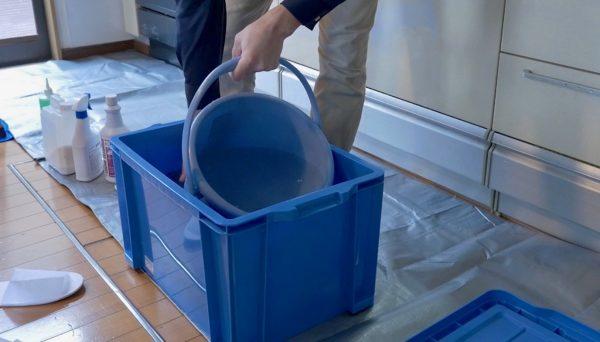 換気扇の部品をつけおきしておく青いプラスチックのボックス