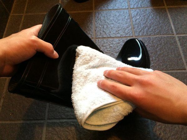 タオルで拭きます