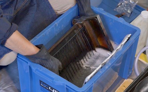 プロのキッチンクリーニングの業者さんがつけおきした魚焼きグリルの網と受け皿