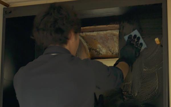 レンジフード内部を掃除するプロの換気扇クリーニングの業者さん