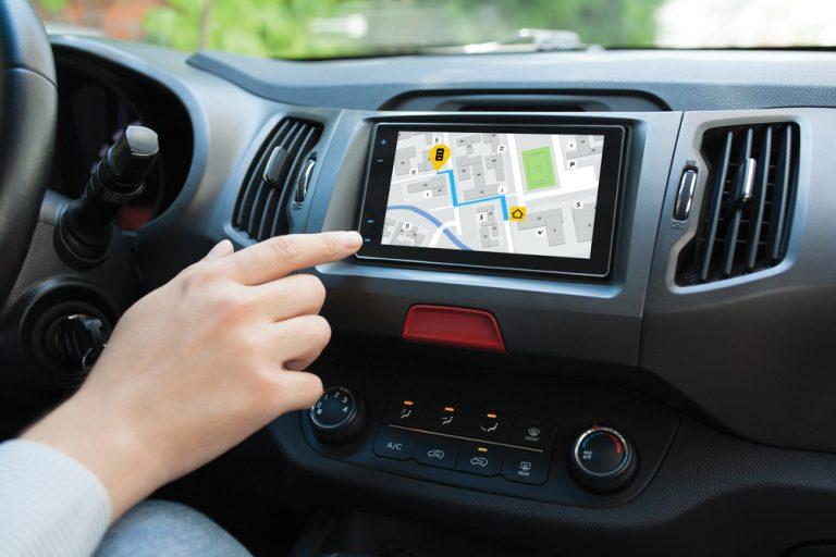 車載型カーナビとスマートフォンカーナビアプリのメリット比較