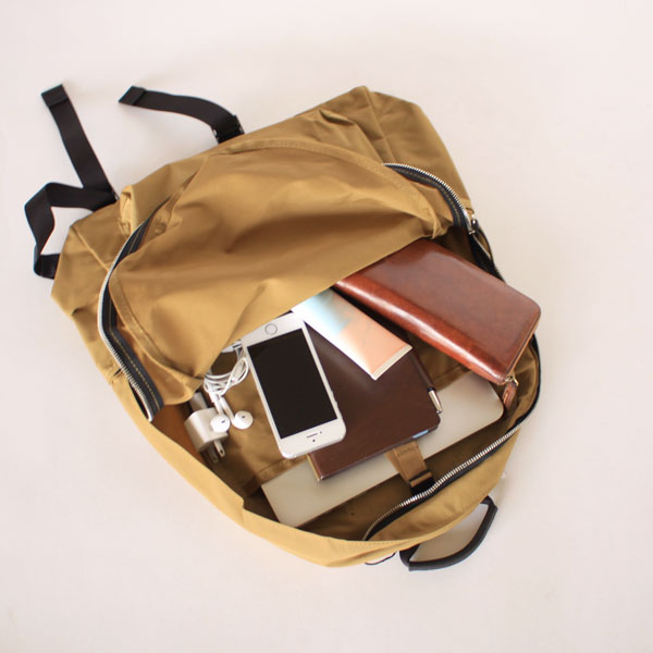 2e290b0e5c4f タウンユースはもちろん、旅行にも重宝するリュックサック。財布やスマートフォンといった必需品はもちろん、ノートパソコンや仕事の資料、読みかけの本から充電  ...