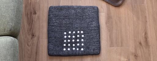 椅子でも床でも。undyed+のフェルトチェアパッドはじんわり寒い時期の味方