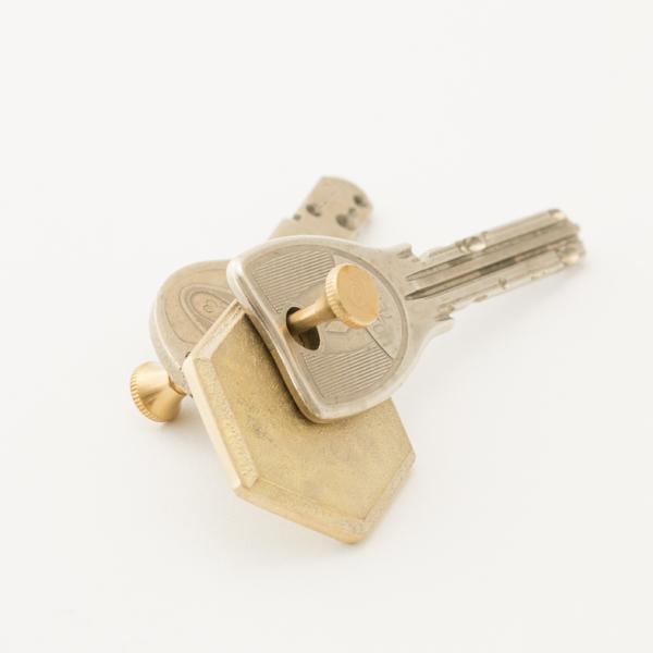 真鍮ならではの、風合いの変化が楽しめるキーホルダーです
