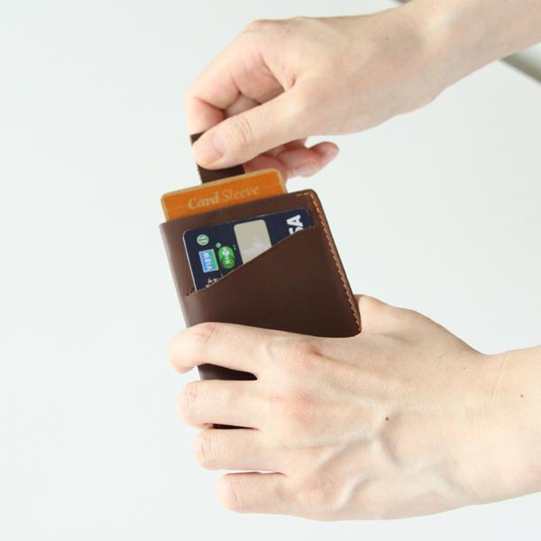 399e8b6a2ad5 Card Sleeveは、bellroy(ベルロイ)のアイテムの中で最薄タイプのカード ケース。名刺入れとしても使える造りで、内側に折り畳んだ紙幣を収納すれば、簡易の財布として ...