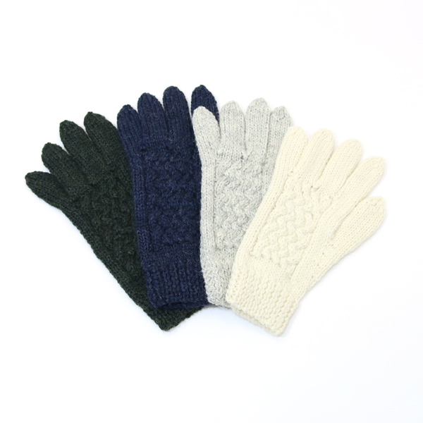 Men knit gloves
