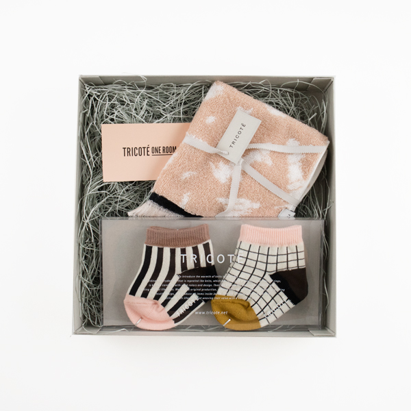GIFT SET OF BABY SOCKS AND MINI TOWEL