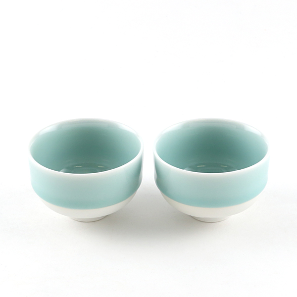 A PAIR OF TEA CUPS
