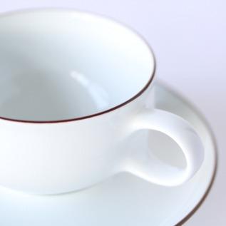 白いカップに茶色の縁取り