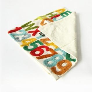 クッションカバーの刺繍は表面のみです