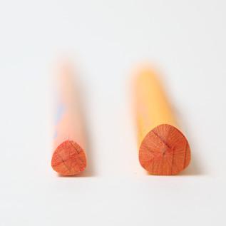 スーパーファルビー(左)に比べて芯が太くなっています