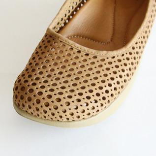 メッシュ靴のように、通気性良く作られたデザイン