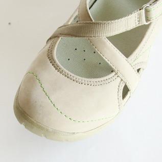 4本のクロスストラップが足にフィットして歩きやすい特徴です