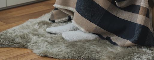 もふもふの幸せ。OWEN BARRYのシープスキングッズを秋冬のインテリアに取り入れて。