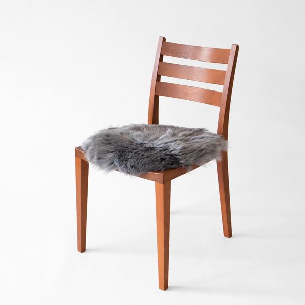 ひんやりとする木の椅子にも