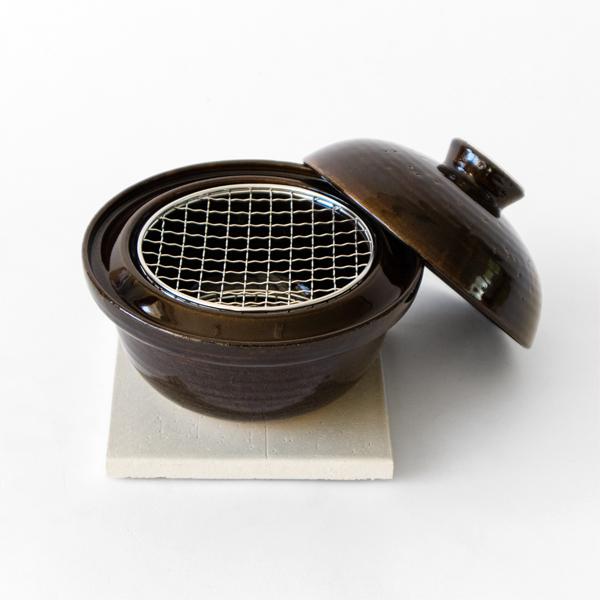 外に煙や匂いが出にくい作りで、ご家庭で気軽に燻製料理をお楽しみ頂けます