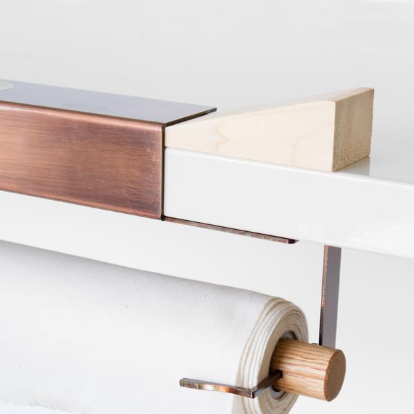 設置する棚板にくさびを置き、固定させます。