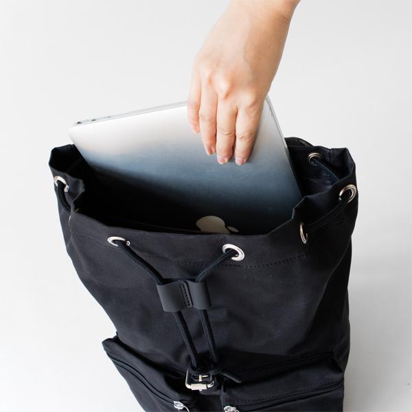 背面側にはノートPC等が入るポケット付き