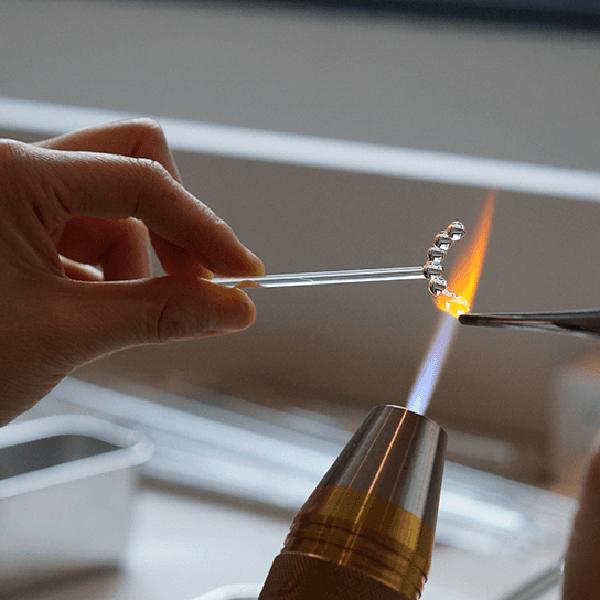 バーナーを使った職人の手仕事で形作られるガラスアクセサリー
