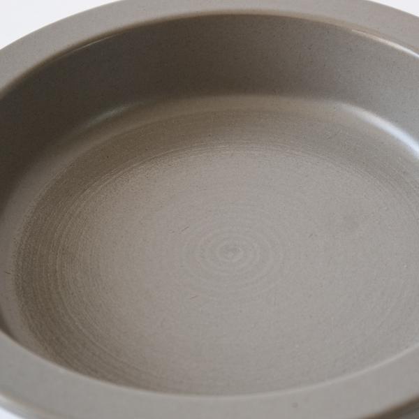 ザラザラとした表面で焦げ付きが少なく、煮崩れ防止にもなるコーティングです