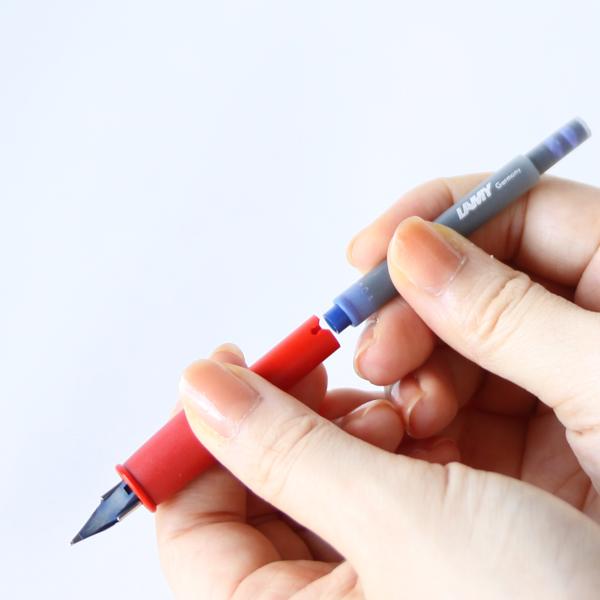 インクはセットされた状態ではありませんので、説明書に従って取り付けてください