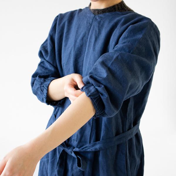 袖のゴムはきつくないため、持ち上げる際は折ってください。