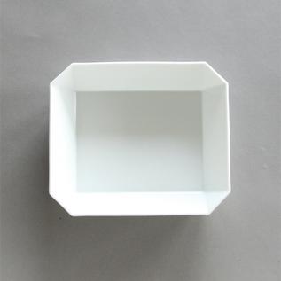 折り紙のように造形されたような、角張ったデザインが印象的