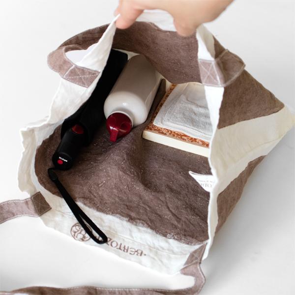 折りたたみ傘やペットボトルも入れられるサイズ