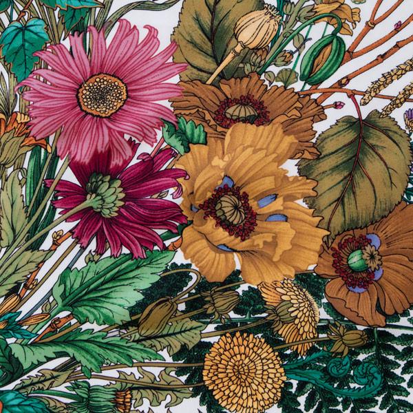 細やかな絵柄。花々や蝶の舞う様子が描かれています(IVORY BOUQUET)