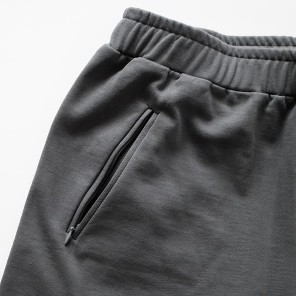 前身頃のポケットはコンシールファスナー付き (DARK GREY)