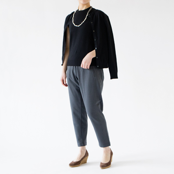 ノースリーブ ニットソーとツインで着れば大人っぽいスタイルに(NERO UINITO、モデル身長162cm)