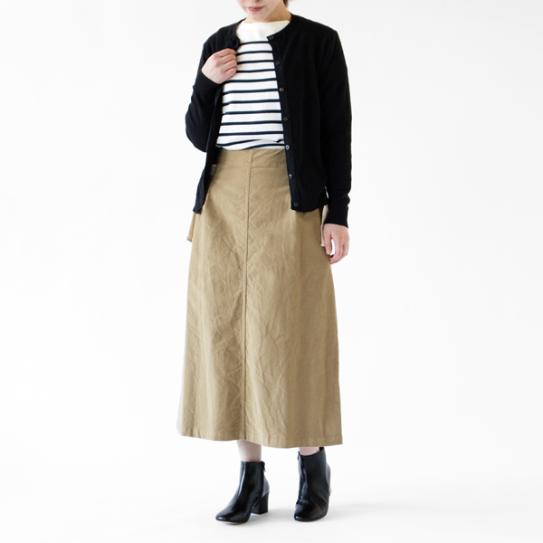 スカートと合わせてカジュアルにも(NERO UINITO、モデル身長162cm)