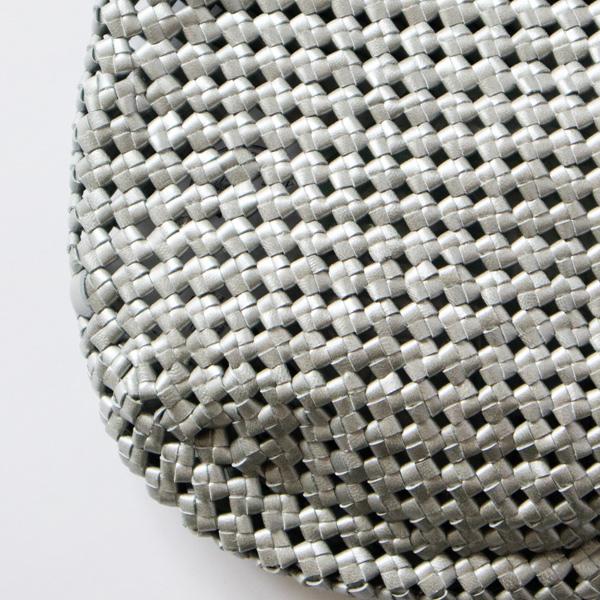 インドの工房で1点ずつじっくりと時間をかけて編まれています
