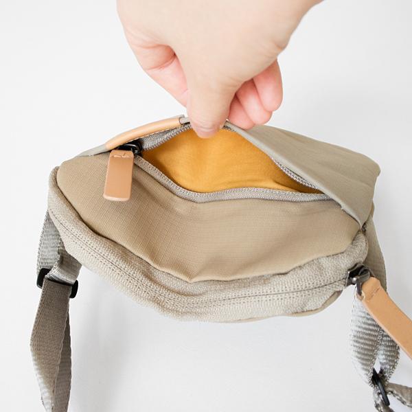 前面にはファスナー付きのポケット。