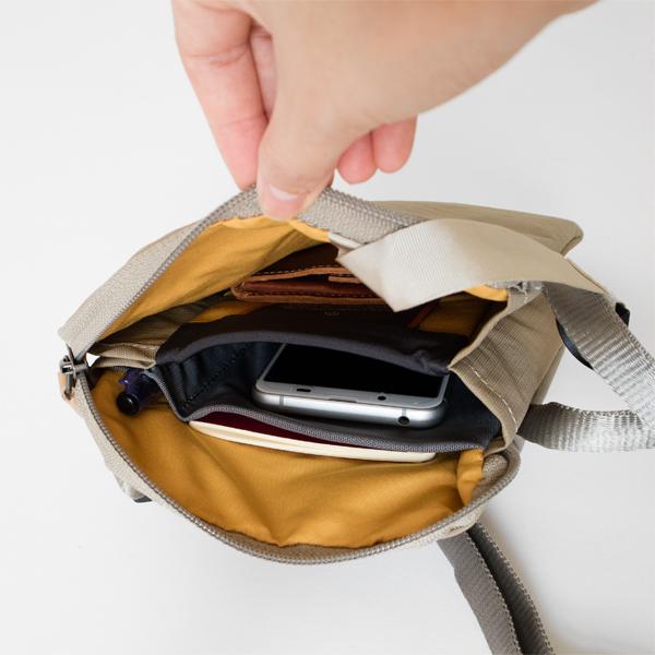 タブレットや携帯電話の画面を守る、パッド入りの仕切り