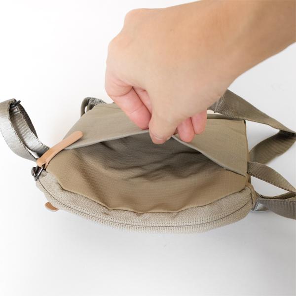 背面側にもポケットがついています。マスクや消毒薬などすぐに取り出したいもものはこちらをご使用ください。