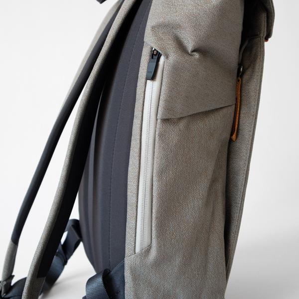 背面側には縦にファスナー付きのポケットが付いています。