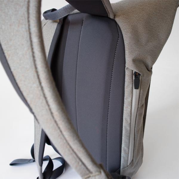 体に沿う調節可能なショルダーストラップとパッド入りバックパネル(ライムストーン)
