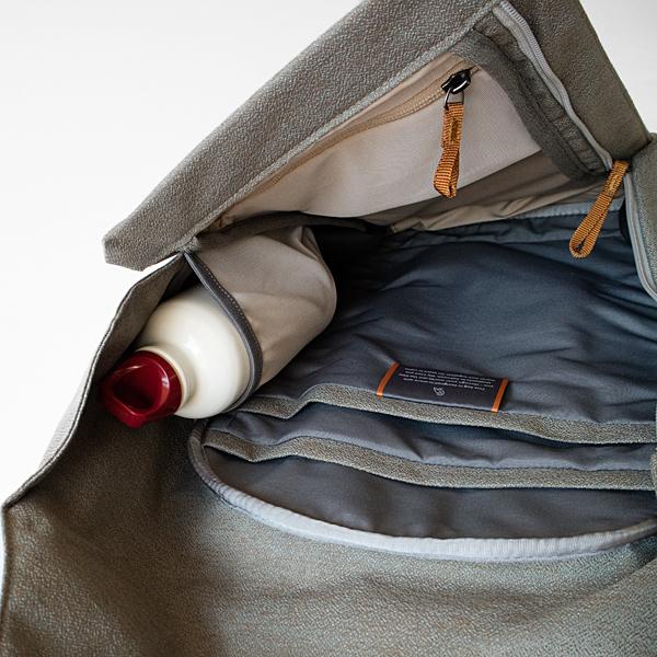 内側のサイドポケットには、ボトルや充電アダプターを入れて