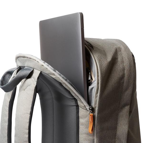 ノートPC用の独立した収納部は止水ファスナーを採用