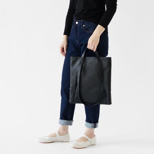 短い方のハンドルで持つと手提げバッグに(モデル身長:162cm)