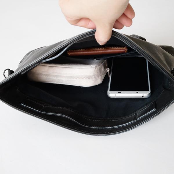 携帯電話やお財布、小さなポーチも入ります。