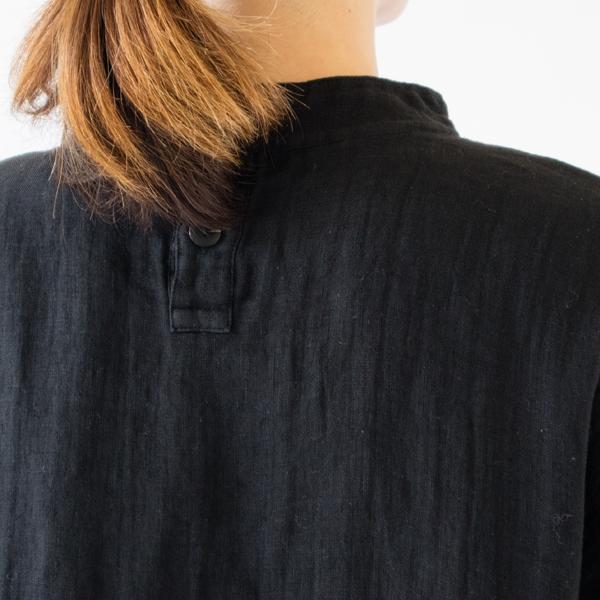 衿の後ろはボタン開きになっているので着脱もスムーズ