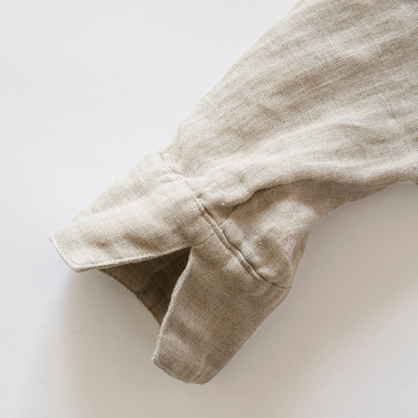 袖をまくりやすいよう、スリットが入っています。
