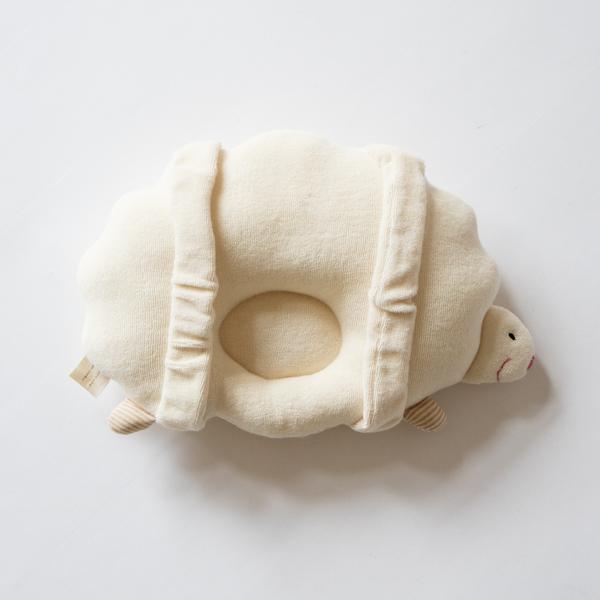 ベルト付きで腕を通せば、授乳時や寝かしつけの抱っこにも使えます。