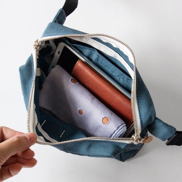 携帯電話やコンパクトなお財布など、必需品が入ります。