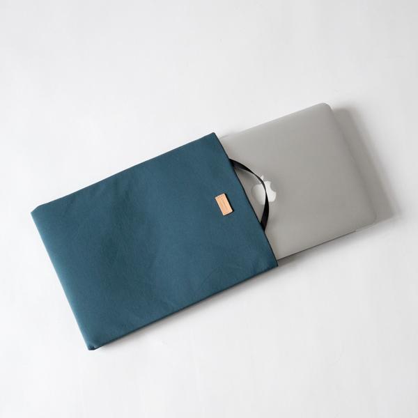 A4サイズ程度のPCやタブレットが入ります。
