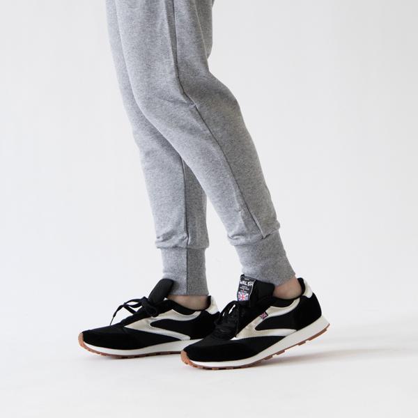 すっきりと履くことができる細身のシルエット
