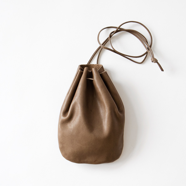 VEGETABLE HORSE LEATHER / DROP SHAPE POUCH S(巾着バッグ)(GREIGE)