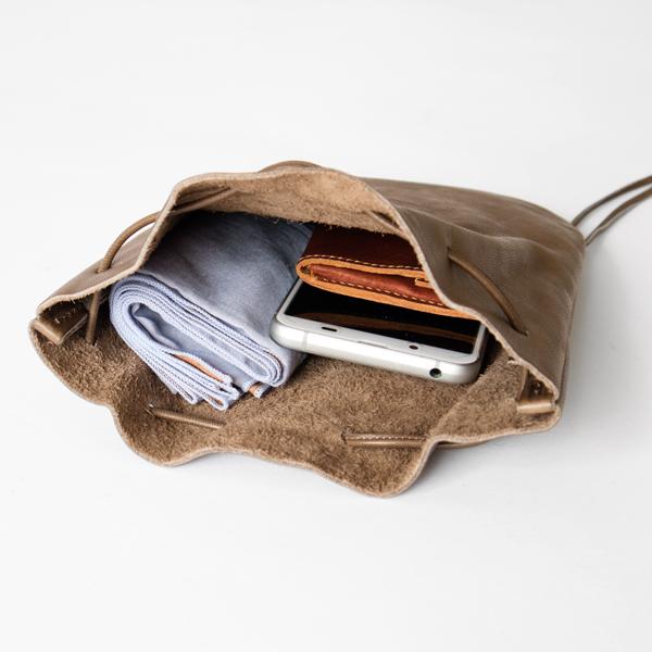 携帯電話にハンカチやマスクなど、いつもそばに置いておきたいものが入るサイズ